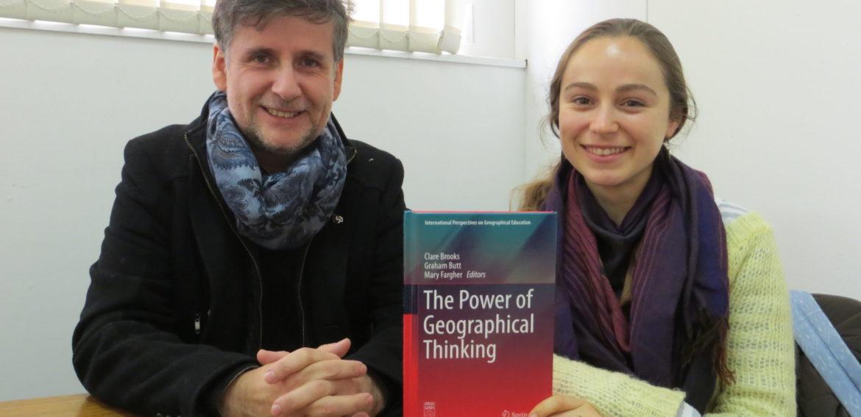 Publicación internacional destaca investigación en torno a la educación geográfica realizada por profesor del Instituto de Geografía y ex alumna de Educación Básica