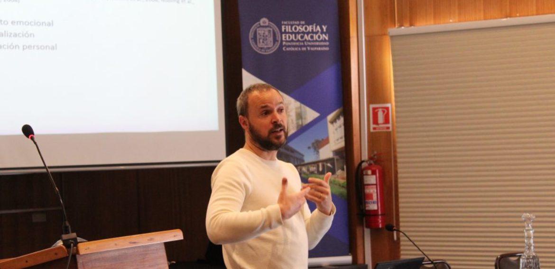 Narrativas y resiliencia: Proyecto de investigación de Marc Clarà integra a docente de la Escuela de Pedagogía PUCV
