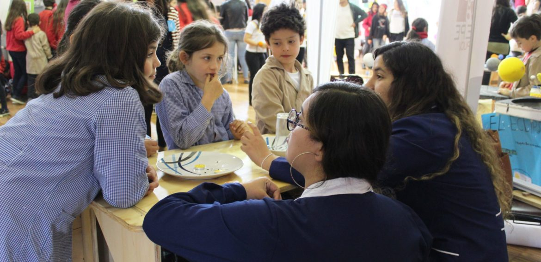 Estudiantes de la Escuela de Pedagogía PUCV participan en Feria Científica del Colegio Alemán