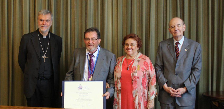 Académico José Gimeno Sacristán recibe el grado de Doctor Scientiae et Honoris Causa de la PUCV