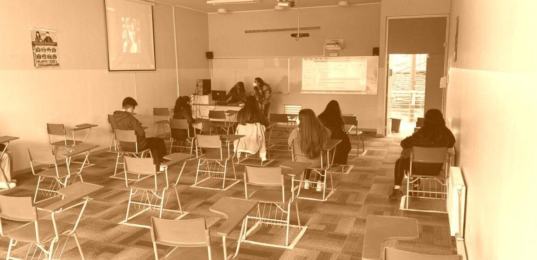 Estudiantes de primer y segundo año de la Escuela de Pedagogía PUCV retoman clases presenciales en modalidad híbrida